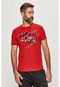 Czerwony t-shirt Armani Exchange z nadrukiem