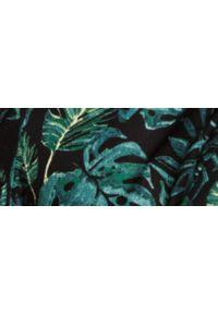 TOP SECRET - Koszula damska z długim rękawem w roślinny wzór. Typ kołnierza: kołnierzyk stójkowy. Kolor: czarny. Materiał: wiskoza. Długość rękawa: długi rękaw. Długość: długie. Sezon: wiosna. Styl: elegancki