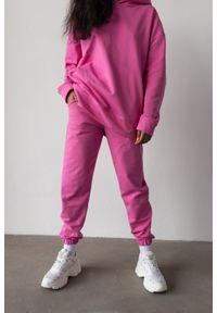 Marsala - Spodnie dresowe typu jogger w kolorze NEON PINK - DISPLAY BY MARSALA. Stan: podwyższony. Materiał: dresówka. Styl: elegancki