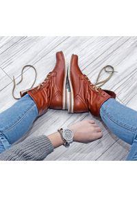 Brązowe botki Zapato sportowe, wąskie, w kolorowe wzory, z cholewką za kostkę
