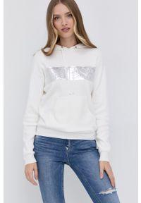 Guess - Sweter. Typ kołnierza: kaptur. Kolor: beżowy. Materiał: dzianina. Długość rękawa: długi rękaw. Długość: długie