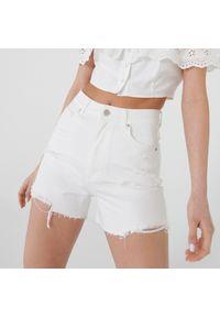 Cropp - Jeansowe szorty HIGH WAIST - Biały. Stan: podwyższony. Kolor: biały. Materiał: jeans