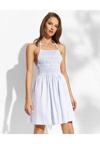 THECADESS - Błękitna sukienka z kokardą Grace. Typ kołnierza: kokarda. Kolor: niebieski. Długość rękawa: na ramiączkach. Długość: mini