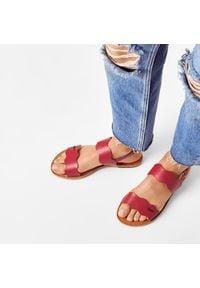 Pepe Jeans - Sandały PEPE JEANS - Mandy Waves PGS90147 Red 255. Kolor: czerwony. Materiał: skóra. Sezon: lato. Obcas: na obcasie. Wysokość obcasa: średni