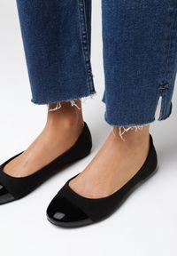 Born2be - Czarne Balerinki Adreavianna. Nosek buta: okrągły. Zapięcie: bez zapięcia. Kolor: czarny. Materiał: nubuk, lakier, skóra ekologiczna, syntetyk. Wzór: aplikacja. Obcas: na obcasie. Styl: wizytowy, elegancki
