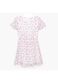 Cropp - Sukienka w kawiaty z falbaną - Kremowy. Kolor: kremowy