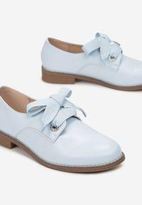 Renee - Niebieskie Półbuty Noelee. Nosek buta: okrągły. Zapięcie: sznurówki. Kolor: niebieski. Szerokość cholewki: normalna. Wzór: aplikacja. Wysokość cholewki: przed kostkę. Obcas: na obcasie. Styl: elegancki. Wysokość obcasa: niski