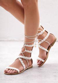 Born2be - Białe Sandały Passionate. Nosek buta: otwarty. Zapięcie: pasek. Kolor: biały. Wzór: paski, aplikacja. Sezon: lato