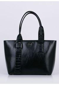 Czarna torebka Monnari klasyczna, w paski