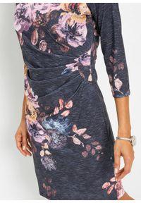 Sukienka shirtowa z nadrukiem bonprix szaro-bladoróżowy z nadrukiem. Kolor: szary. Wzór: nadruk