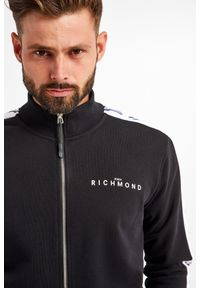 John Richmond Sport - BLUZA MONISK JOHN RICHMOND. Typ kołnierza: kołnierzyk stójkowy. Wzór: napisy