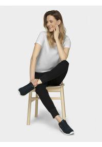 Biały t-shirt outhorn z nadrukiem