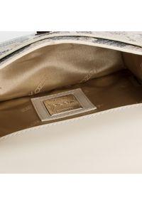 Brązowa torebka klasyczna Kazar z tłoczeniem
