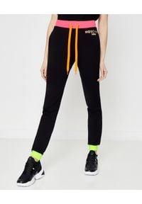 MOSCHINO - Czarne spodnie z logo. Kolor: czarny. Materiał: dresówka, bawełna