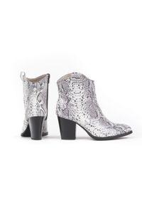 Zapato - botki kowbojki na obcasie - skóra naturalna - model 471 - kolor biały wąż. Kolor: biały. Materiał: skóra. Obcas: na obcasie. Wysokość obcasa: średni