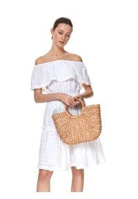 TOP SECRET - Ażurowa sukienka z odkrytymi ramionami i falbaną. Kolor: biały. Materiał: koronka, bawełna. Wzór: ażurowy. Sezon: lato. Typ sukienki: z odkrytymi ramionami. Styl: wakacyjny