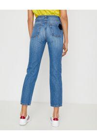 MONCLER - Niebieskie jeansy z naszywką. Kolor: niebieski. Wzór: aplikacja. Styl: klasyczny #4