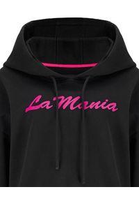 LA MANIA - Czarna bluza z kapturem Olimpia. Typ kołnierza: kaptur. Kolor: czarny. Długość rękawa: długi rękaw. Długość: długie. Wzór: napisy, nadruk, aplikacja. Sezon: lato, wiosna #2