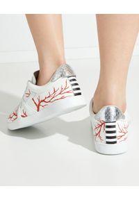 AQUAZZURA - Białe sneakersy The A Sneakers. Nosek buta: okrągły. Kolor: biały. Materiał: guma. Wzór: aplikacja. Obcas: na płaskiej podeszwie