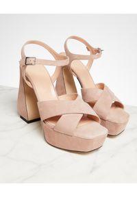 SI ROSSI - Beżowe sandały na platformie. Zapięcie: sprzączka. Kolor: beżowy. Materiał: zamsz. Obcas: na platformie. Wysokość obcasa: średni
