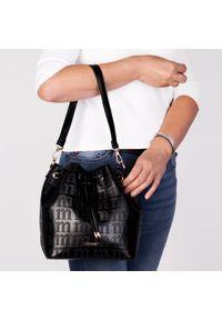 Czarna torebka Arturo Vicci w kolorowe wzory, klasyczna