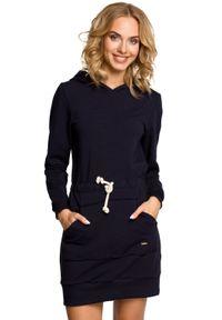 MOE - Sportowa sukienka z kapturem i kieszenią kangurek. Typ kołnierza: kaptur. Materiał: lycra, bawełna, materiał. Długość rękawa: długi rękaw. Typ sukienki: sportowe. Styl: sportowy