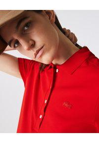 Lacoste - LACOSTE - Koszulka polo z bawełnianej piki Slim Fit. Typ kołnierza: polo. Kolor: czerwony. Materiał: bawełna. Wzór: haft. Styl: sportowy, elegancki