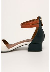 Niebieskie sandały Tamaris na średnim obcasie, na klamry, na obcasie