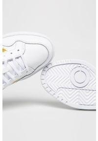 Białe buty sportowe adidas Originals z okrągłym noskiem, na sznurówki, na średnim obcasie, z cholewką