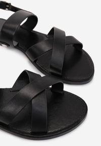 Renee - Czarne Sandały Thessama. Okazja: na co dzień. Nosek buta: otwarty. Zapięcie: pasek. Kolor: czarny. Wzór: gładki, paski. Materiał: skóra ekologiczna. Obcas: na obcasie. Styl: casual. Wysokość obcasa: niski