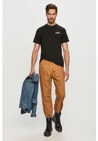 Levi's® - Levi's - Spodnie. Okazja: na spotkanie biznesowe. Kolor: żółty. Materiał: tkanina. Wzór: gładki. Styl: biznesowy