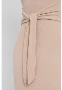 Guess - Sukienka. Kolor: beżowy. Materiał: tkanina, jedwab, dzianina, materiał. Wzór: gładki. Typ sukienki: dopasowane