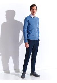 TOP SECRET - Sweter dopasowany z dekoltem w serek. Typ kołnierza: dekolt w serek. Kolor: niebieski. Wzór: gładki. Sezon: wiosna, lato