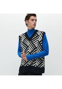 Sweter Reserved w geometryczne wzory