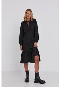 Answear Lab - Sukienka. Typ kołnierza: kaptur. Kolor: czarny. Materiał: tkanina. Długość rękawa: długi rękaw. Wzór: gładki. Styl: wakacyjny