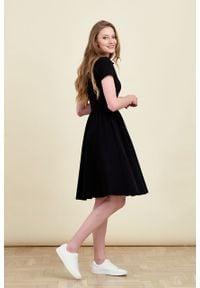 Marie Zélie - Sukienka Polo marszczona czarna krótki rękaw. Okazja: na co dzień, do pracy. Typ kołnierza: polo. Kolor: czarny. Materiał: dzianina, materiał, bawełna. Długość rękawa: krótki rękaw. Typ sukienki: sportowe, proste. Styl: casual, wakacyjny, klasyczny, sportowy