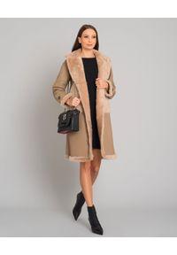 ALMAROSAFUR - Dwustronny płaszcz ze skóry owczej. Okazja: na co dzień. Kolor: beżowy. Materiał: skóra. Długość rękawa: długi rękaw. Długość: długie. Wzór: gładki, aplikacja. Styl: casual, klasyczny
