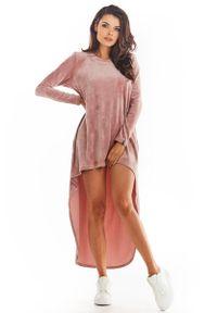 Awama - Welurowa Swobodna Sukienka z Przedłużonym Tyłem - Różowa. Kolor: różowy. Materiał: welur