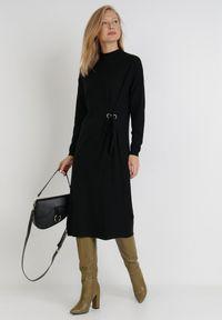 Born2be - Czarna Sukienka Galeope. Okazja: na co dzień. Kolor: czarny. Materiał: dzianina. Długość rękawa: długi rękaw. Wzór: jednolity. Typ sukienki: proste. Styl: klasyczny, casual. Długość: midi