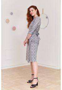 Marie Zélie - Sukienka Filomena w kratkę. Typ kołnierza: dekolt kopertowy. Kolekcja: moda ciążowa. Materiał: bawełna, dzianina, materiał, elastan, tkanina, skóra. Wzór: kratka. Typ sukienki: proste, kopertowe. Styl: klasyczny, młodzieżowy