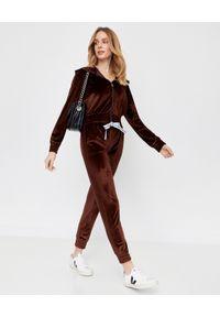 CUORI e PICCHE - Brązowe spodnie dresowe TRICK z aksamitu. Kolor: brązowy. Materiał: dresówka