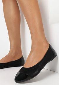 Born2be - Czarne Balerinki Jilvyra. Okazja: na co dzień. Nosek buta: okrągły. Zapięcie: bez zapięcia. Kolor: czarny. Materiał: lakier, skóra ekologiczna, materiał. Szerokość cholewki: normalna. Obcas: na obcasie. Styl: casual