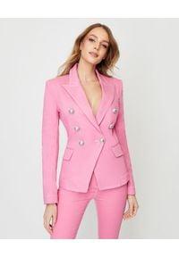 Balmain - BALMAIN - Dwurzędowa marynarka w kolorze różowym. Kolor: różowy, wielokolorowy, fioletowy. Materiał: tkanina, jeans. Wzór: aplikacja
