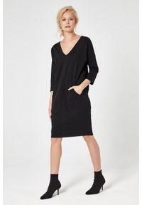 e-margeritka - Sukienka dresowa trapezowa czarna - l. Okazja: na co dzień. Kolor: czarny. Materiał: dresówka. Typ sukienki: trapezowe. Styl: casual