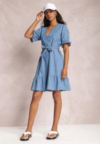 Renee - Niebieska Sukienka Naririan. Okazja: na co dzień. Typ kołnierza: dekolt w kształcie V. Kolor: niebieski. Materiał: jeans, materiał. Długość rękawa: krótki rękaw. Typ sukienki: proste. Styl: casual. Długość: mini