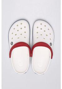 Crocs - Klapki. Nosek buta: okrągły. Kolor: biały. Materiał: materiał, guma. Wzór: gładki