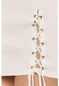 Guess - Sukienka. Kolor: biały. Materiał: materiał. Typ sukienki: dopasowane