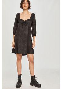 Czarna sukienka Answear Lab rozkloszowana, z dekoltem karo, mini