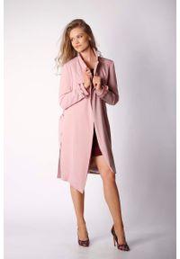 Różowy płaszcz Nommo elegancki