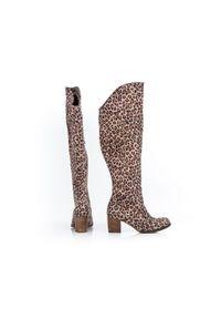 Zapato - kozaki za kolano - skóra naturalna - model 189 - kolor panterka. Okazja: na co dzień. Nosek buta: okrągły. Zapięcie: zamek. Wzór: motyw zwierzęcy. Wysokość cholewki: za kolano. Materiał: skóra. Sezon: jesień, zima. Obcas: na obcasie. Styl: sportowy, klasyczny, casual. Wysokość obcasa: średni